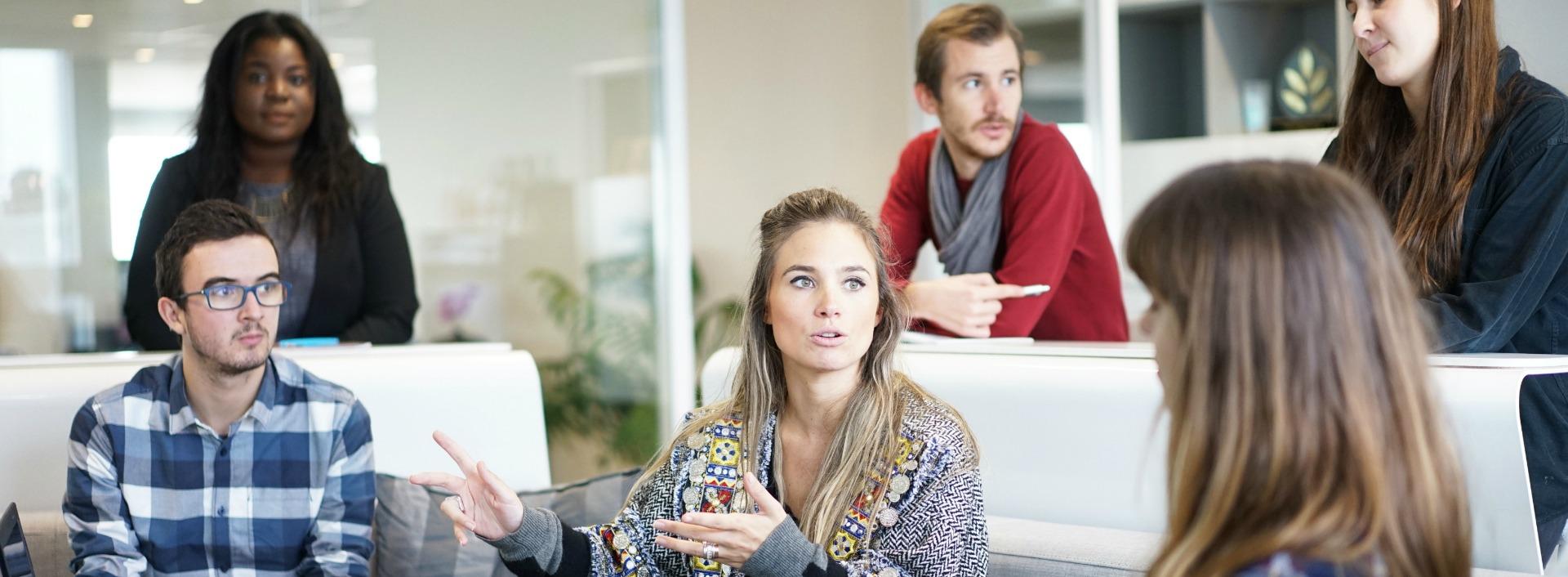 Ein englisches business Gespräch mit jungen Kollegen.