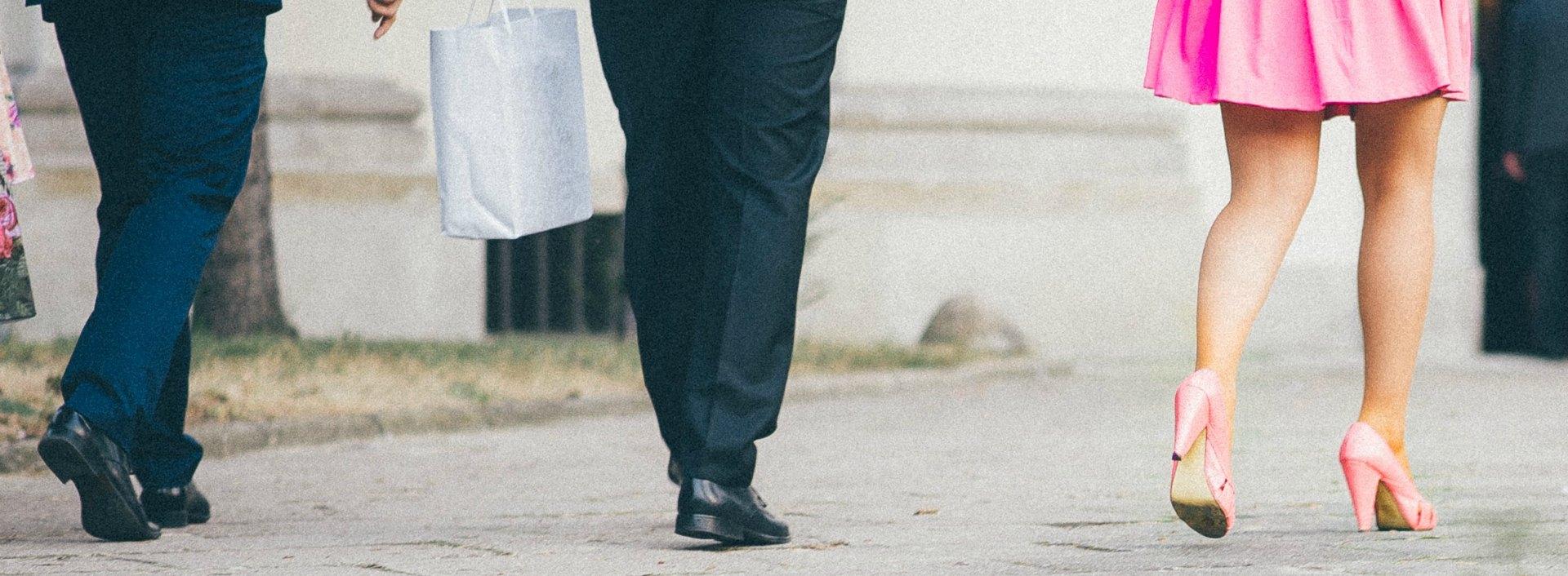 Geschlechter im Englischen: Ein Mann im Anzug und eine Frau im rosa Rock