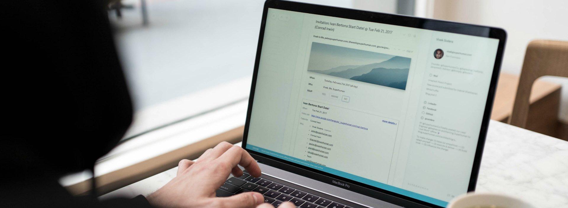 Ein Laptop, dessen Bildschirm eine geschäftliche E-Mail zeigt.