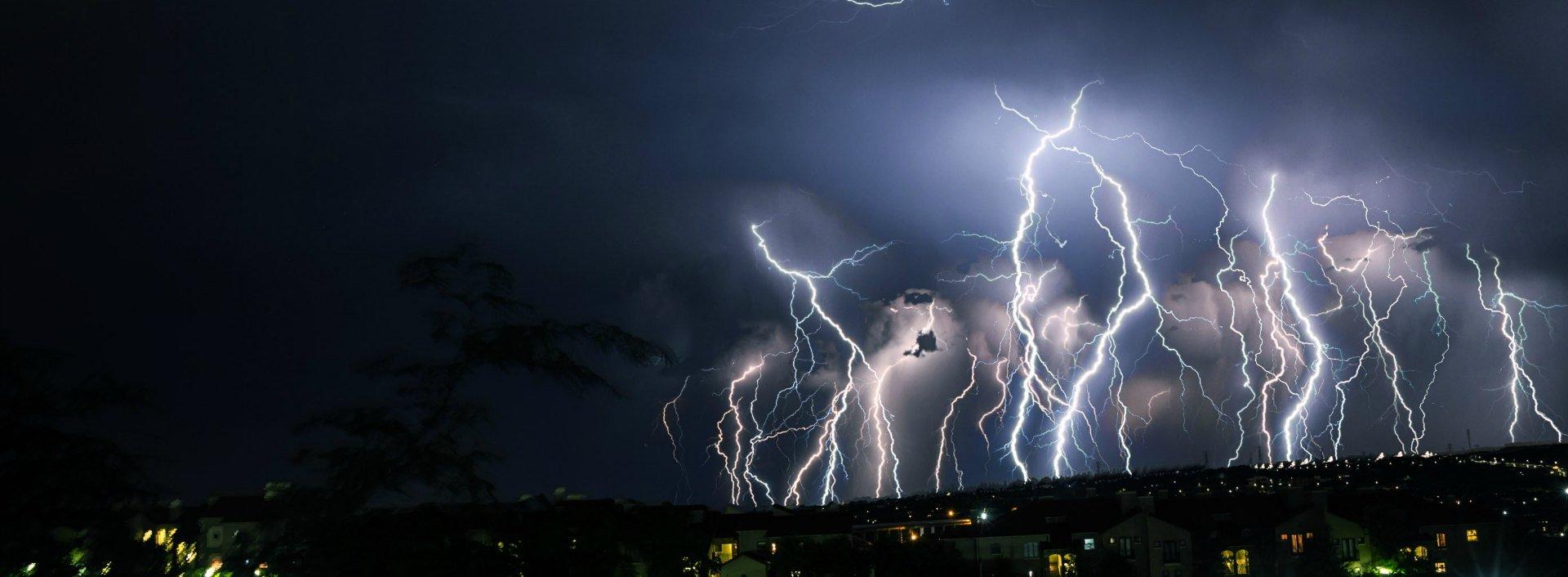 Blitzschlag während eines Gewitters (thunder storm) und andere Wetterwörter auf Englisch.