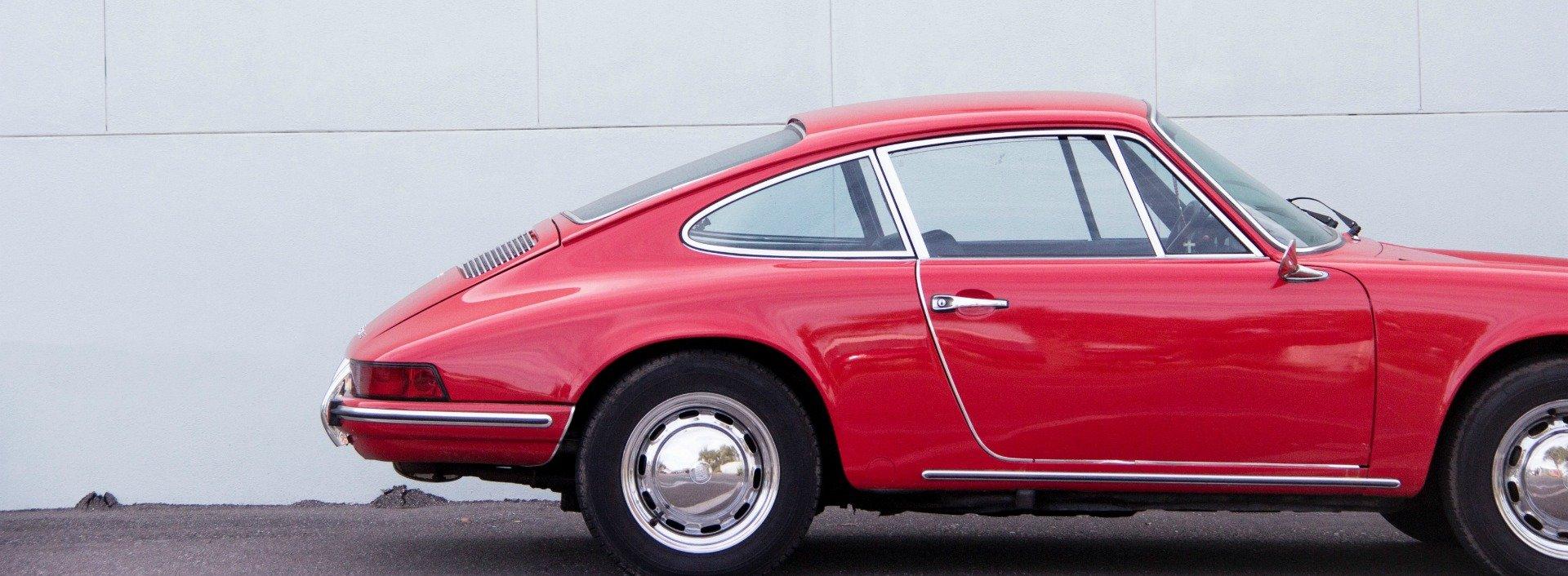 Englische Reihenfolge der Adjektive: ein kleiner, roter Sportwagen.