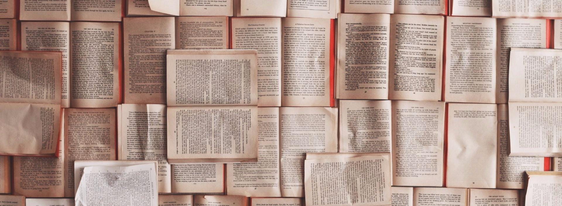 Viele aufgeschlagene Bücher mit Texten, in denen as und since im Sinne von because verwendet werden.