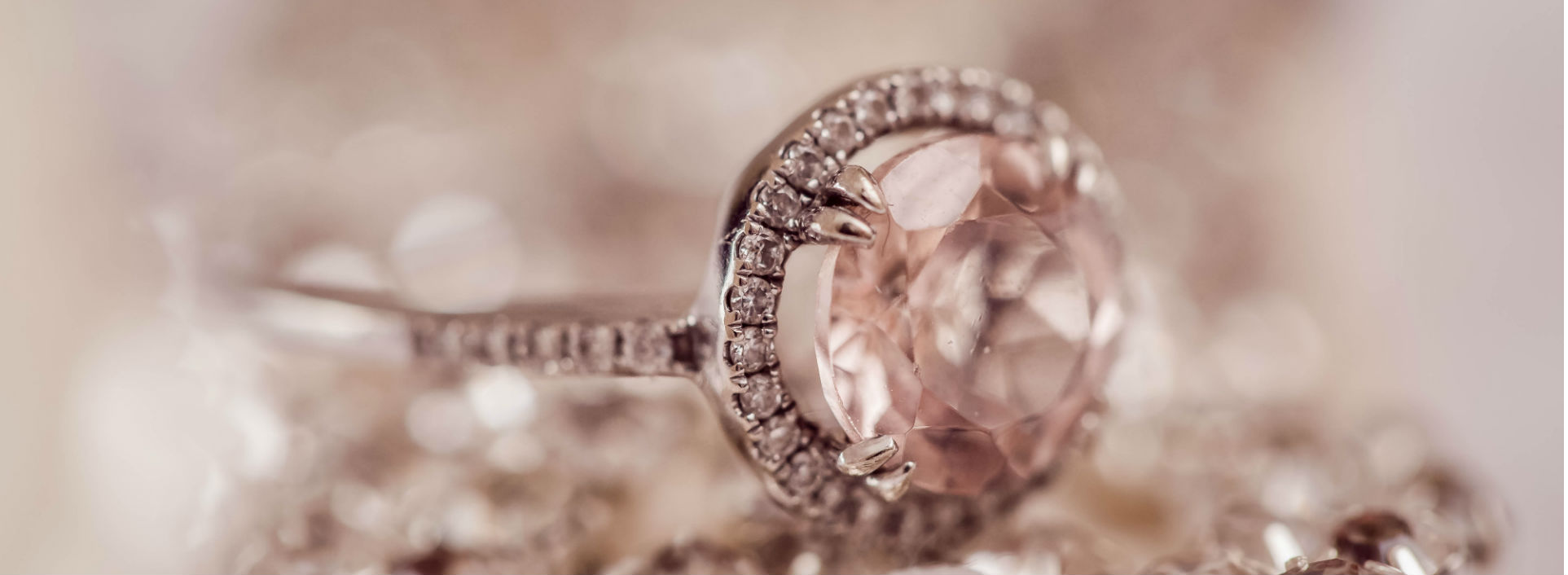 Diamonds that sparkle make the best rings. When to use which and that in English.