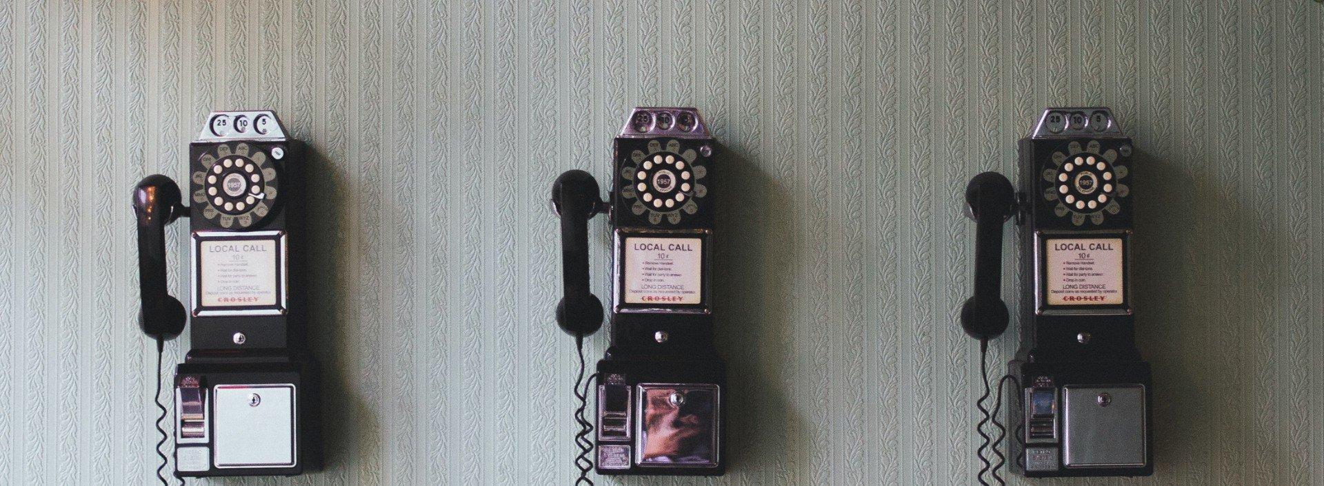 Ein schwarzes Wandtelefon, dass zum sprechen für Wörter mit dem Wortstamm lock im Englischen dient