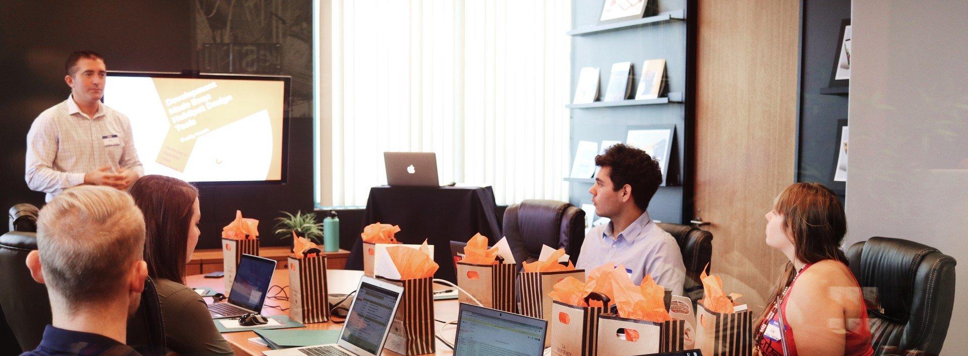 Suffixe -er und -ee: Employees nehmen an einer Besprechung mit ihrem employer teil.