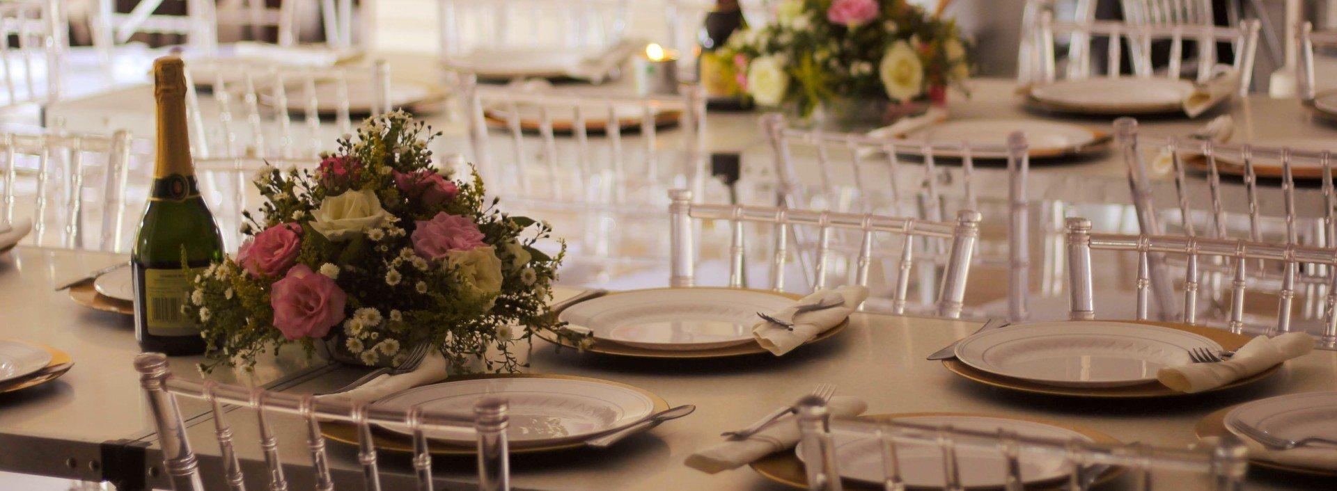 Tischmanieren auf Englisch: Ein Tisch ist für eine Dinnerparty gedeckt