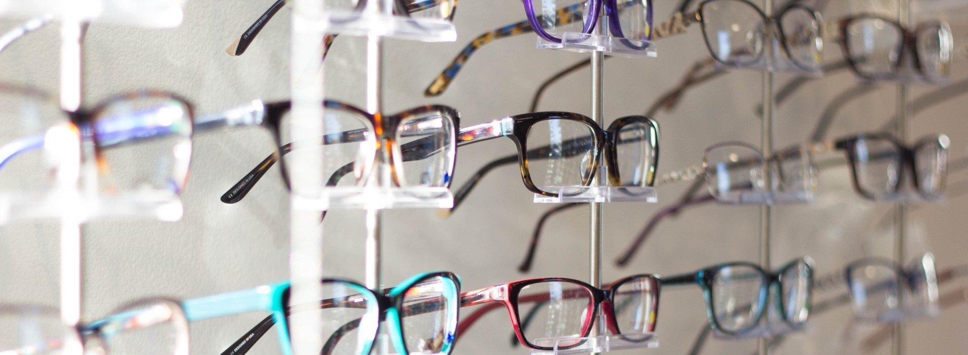 Vokabeln für den Augenarztbesuch: Ein Gestell mit Brillen zum Verkauf beim Optiker.