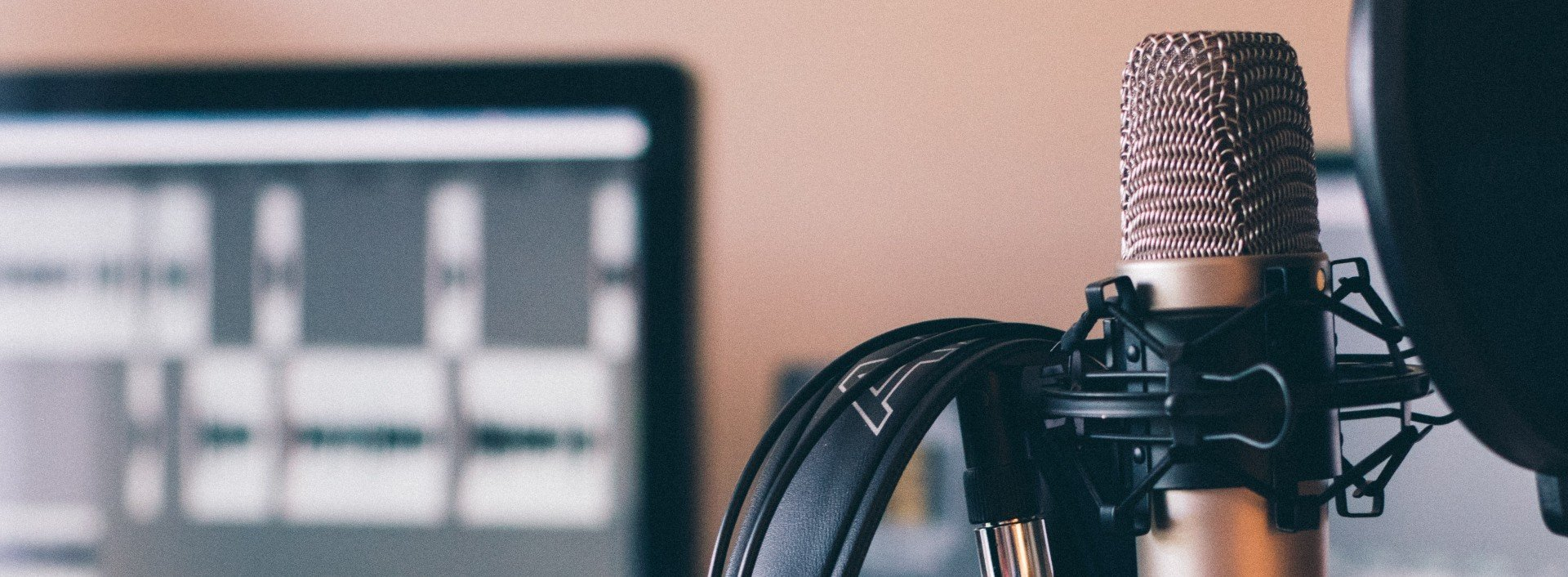 In einem Studio steht ein Mikrofon, um Podcasts aufzunehmen, die Sie sich anhören können, wenn Sie Ihr Englisch verbessern wollen.