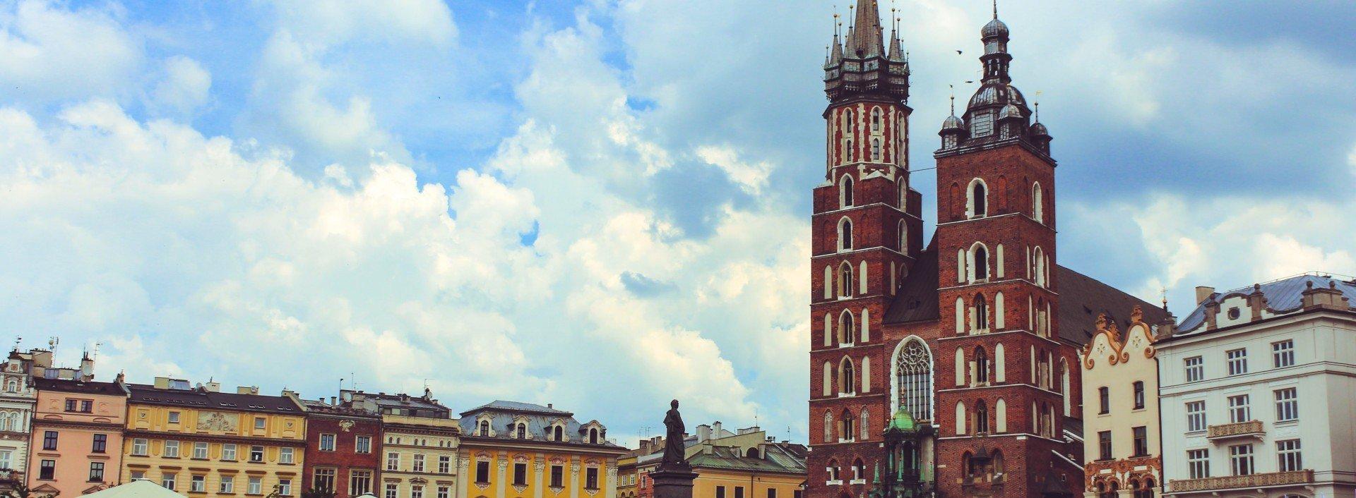 Polnische Lehnwörter auf Englisch: Der Stadtplatz und die Kirche in Krakau, Polen, sind an einem sonnigen Tag abgebildet.