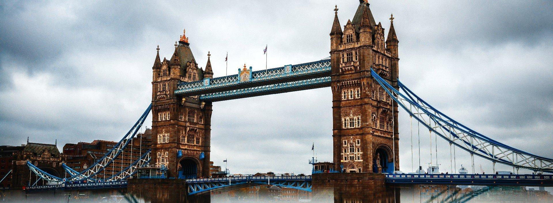 Britisch-englische Redewendungen: Die Tower Bridge in London vor einem bewölkten Himmel